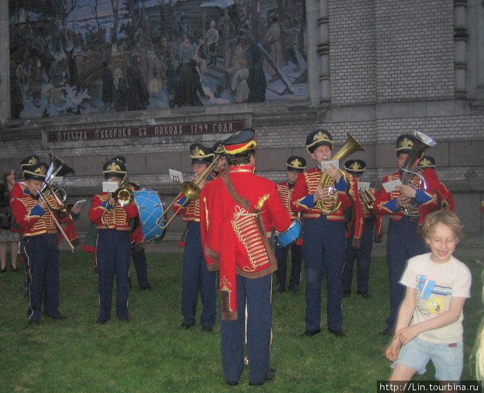 Военный оркестр у входа в музей Суворова