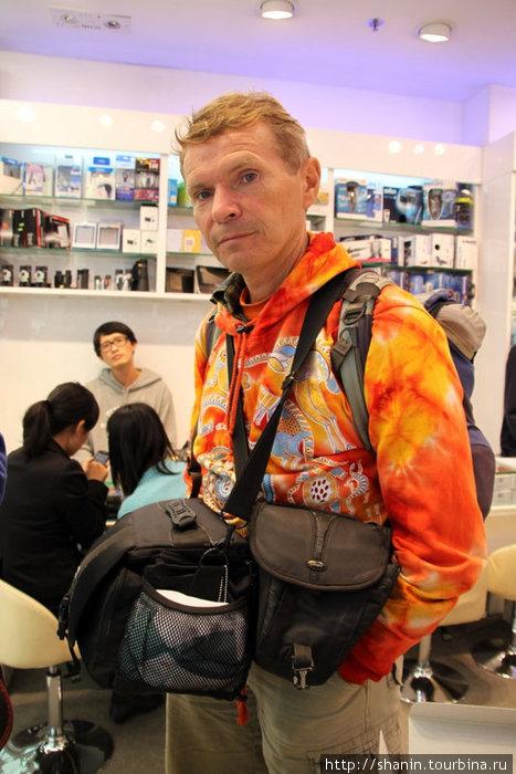 Валерий Шанин в магазине фототехники