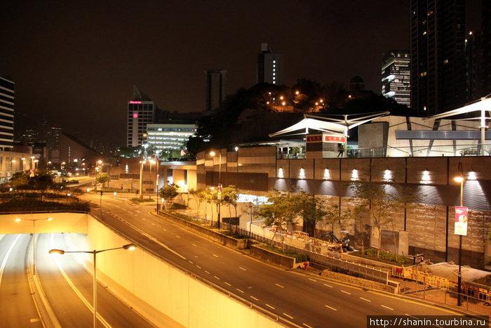 Ночью улицы Коулуна пусты, но безопасны
