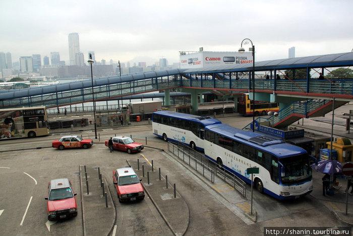 Автостанция у паромного терминала на острове Гонконг