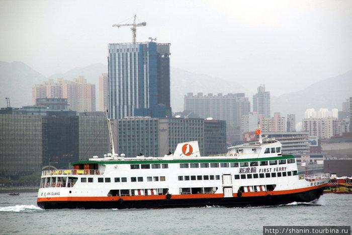 Паром в проливе между Гонконгом и Колулоном