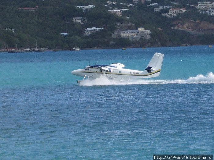 Фото 6. Постоянно ныряющие в бухту Шарлот Амали чартерные самолетики...