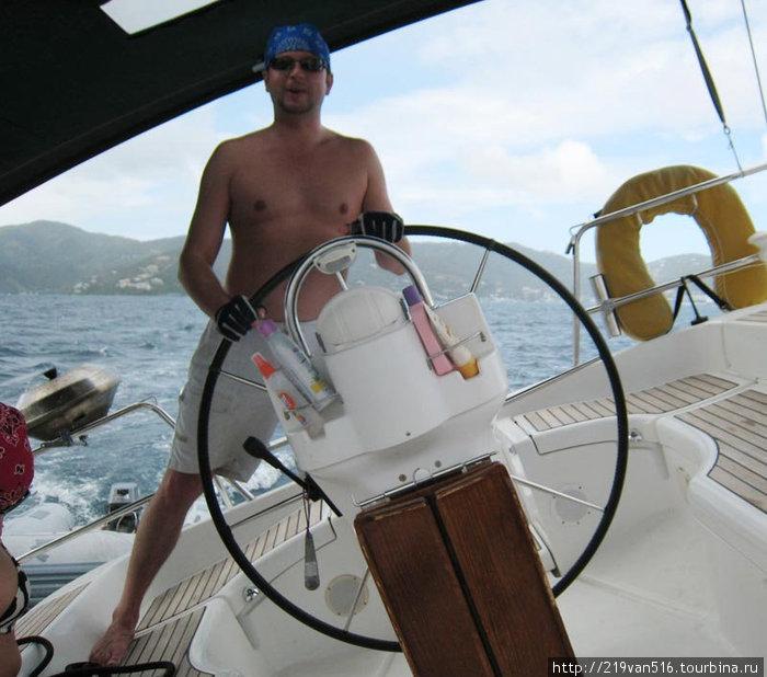 Фото 21. Когда яхта плывет- стоять приходится почти на боку...