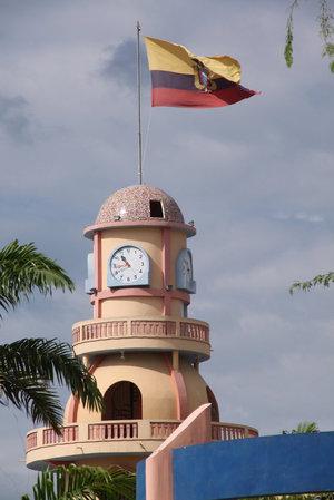 Приграничная башня с эквадорским флагом. Значит, мы уже в Эквадоре. Но до пограничного контроля ее не дошли.