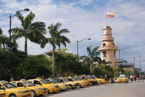 Такси ждут пассажиров. Иностранцам обычно лень идти пешком до иммиграционного офиса.