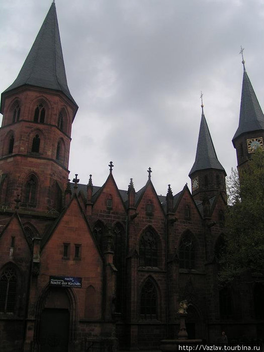 Внешний вид церкви. Из-за особенностей окрестной застройки не удалось впихнуть в кадр всё здание целиком