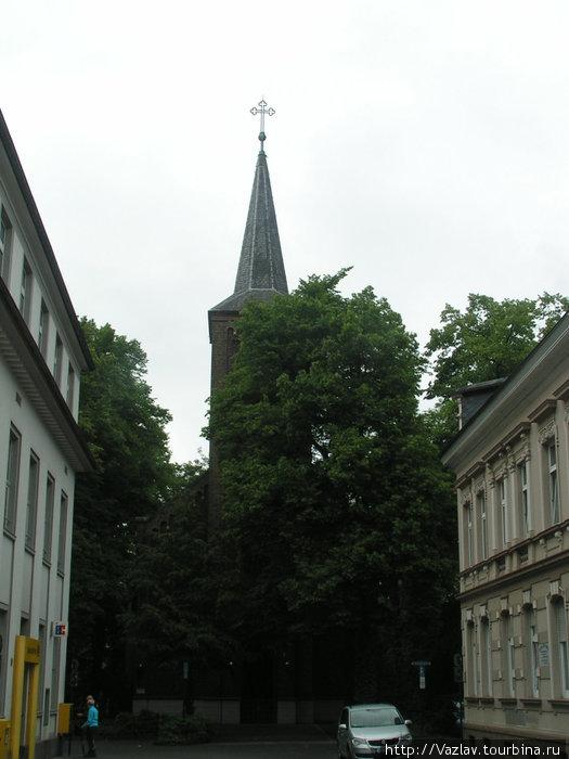Церковь полускрыта листовй