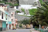 Торец главной улицы. Она упирается в гору.