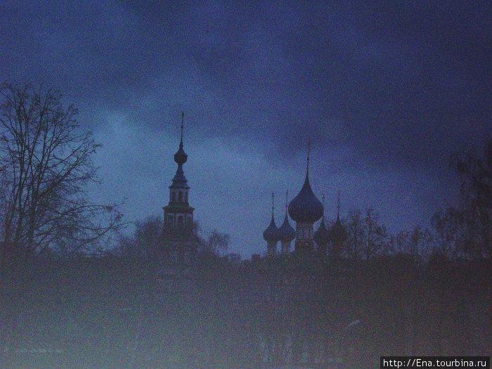 Вид из окна номера на Корсунскую церковь. Ноябрьское утро