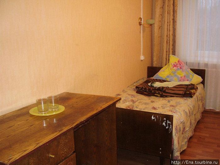 Кровати, стол и набор посуды — привет из советских времен :))))