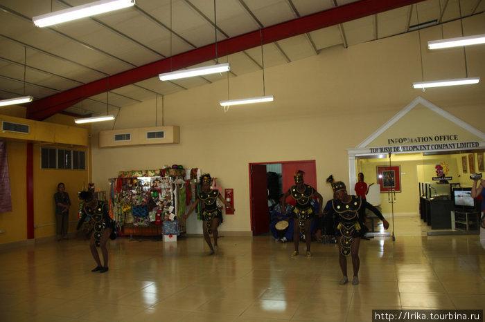 Национальные танцы для туристов в круизном терминале