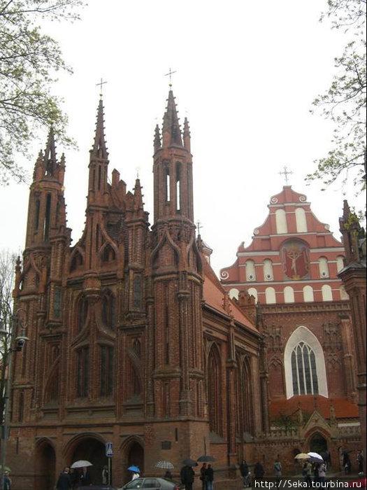 Костел Святой Анны слева