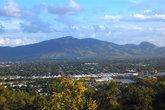 Вид с тропы на город и гору Стюарт