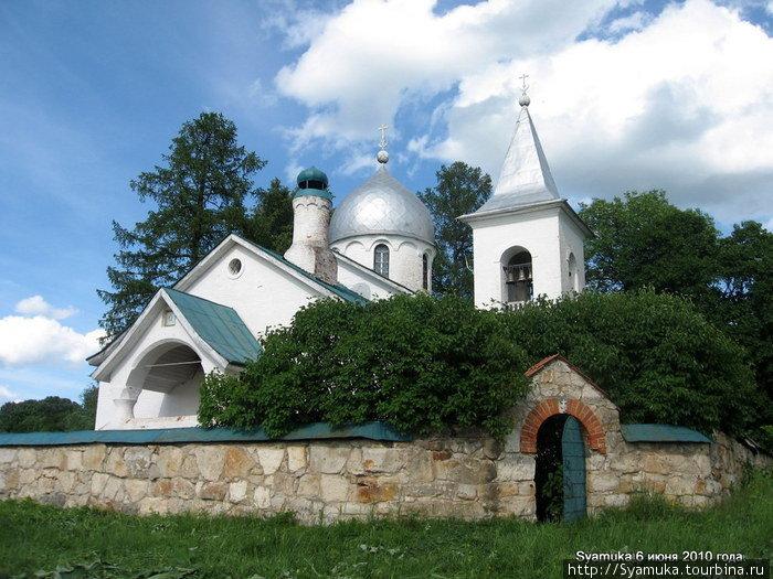 Церковь стоит на высоком берегу Оки. Над крутым обрывом окского берега высится этот небольшой, но невероятно уютный храм