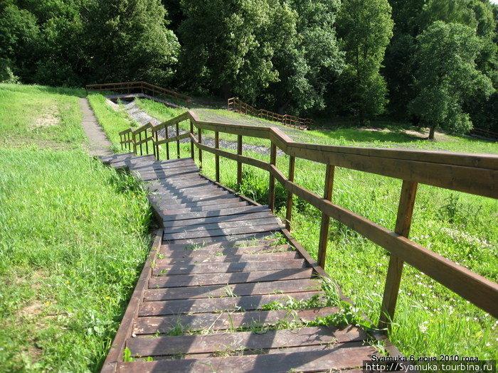 К Оке  ведет длинная изогнутая деревянная лестница. Простая, но красивая.
