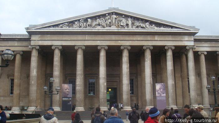 Вход в Британский музей. Посередине видно охранников: темнокожий и седовласый.