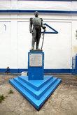 Памятник на синем постаменте
