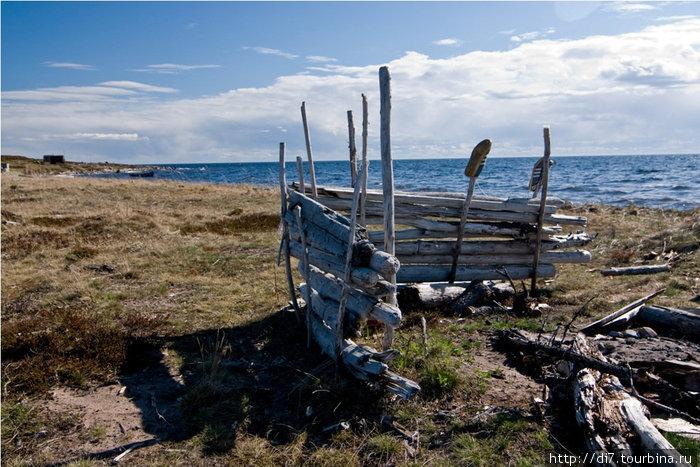 Побережье Белого моря. Остатки какого-то сооружения с забытыми постсоветскими кроссовками
