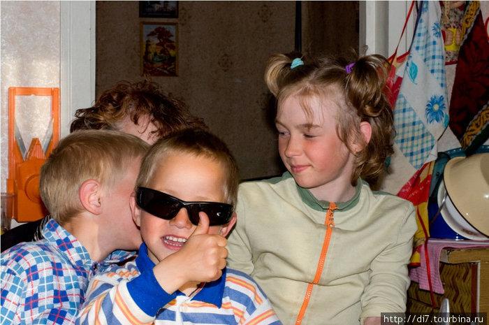 Дети. Их в Варзуге много. Суровый северный быт учит жить дружно