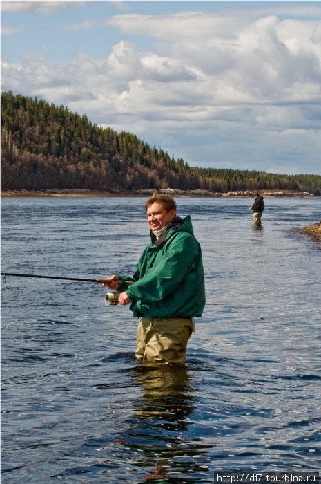 Рыбаки...Солнце припекает, вода ледяная... Варзуга издревле была местом ловли семги