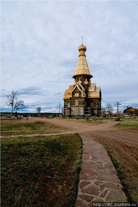 Дорога к храму выложена местным красным плитняком