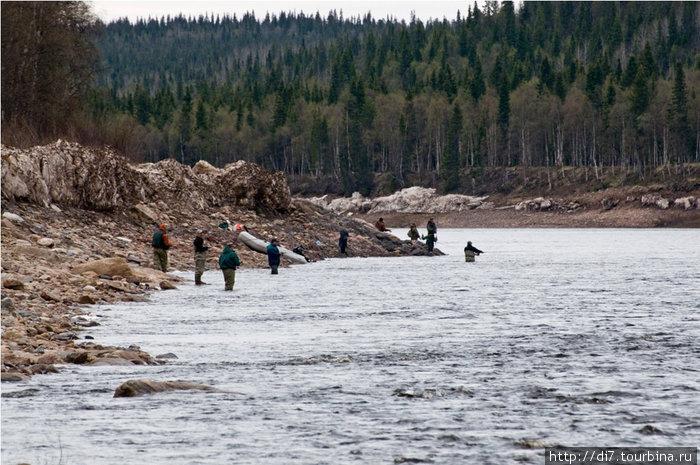 Рыбаков в сезон немало...