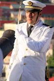 Офицер с французского корабля командует мини-парадом