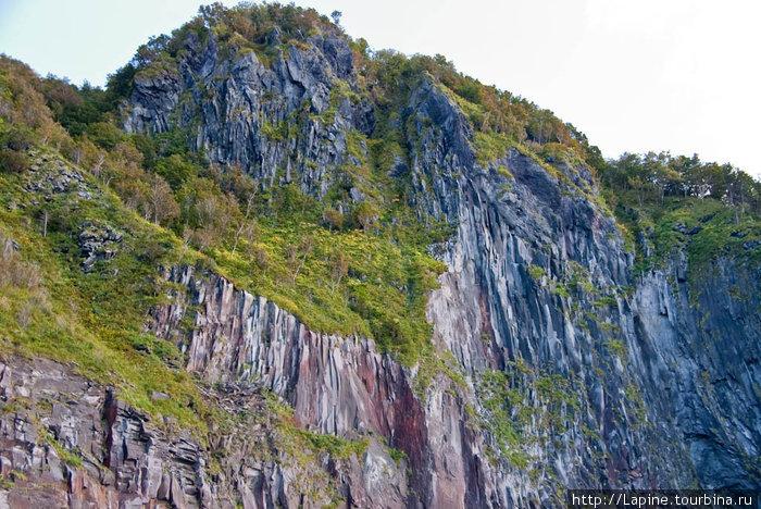 Смотрим на скалы Сиретоко с моря