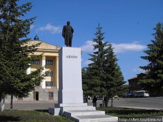 Уникальная фотография — памятник В.И. Ленину перед Домом культуры, сейчас его уже нет, на этом месте восстанавливают кафедральный собор.