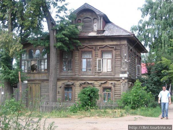 памятник деревянному зодчеству — жилой дом в центре города.