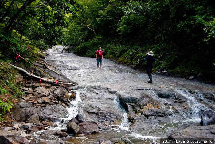 Редкие туристы покоряют водопад Камуивакка.