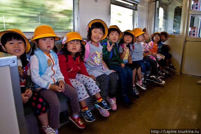 Японские дети (по центру — старшая помощница)