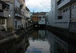 На одной из городских улиц обнаружился канал.