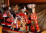 Маленькая часовня, склад старых кукол (ненужных кукол здесь не выкидывают, чтобы не обидеть, а сдают в храмы).