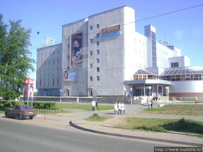 Современный город. Центральный универмаг (ЦУМ). Его плоская крыша служит концертной площадкой в дни особо значимых городских мероприятий
