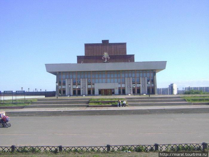 Современный город. 18 февраля 1984 года первых зрителей приняло новое здание театра драмы, расположенное на улице Ломоносова, которое было построено по индивидуальному проекту.