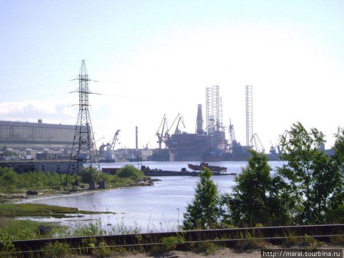 Чем сегодня занимаются на «Звёздочке», видно невооружённым взглядом с моста, ведущего с материка на остров Ягры, — это буровые платформы, предназначенной для освоения арктического шельфа