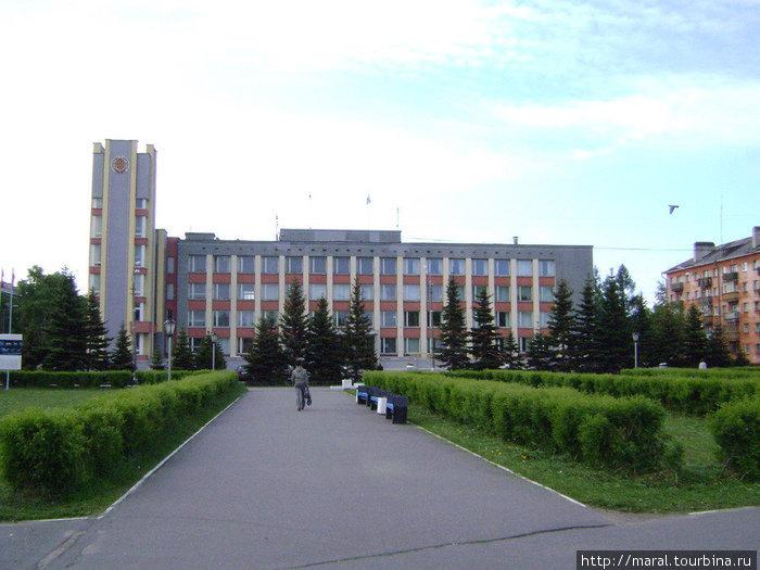 Рядом с гостиницей расположена городская мэрия
