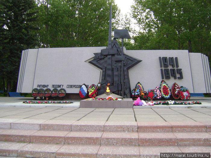 В городском сквере в минуте ходьбе от гостиницы расположен мемориал, посвящённый ратному и трудовому подвигу северодвинцев