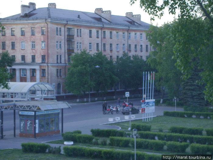 Из гостиничного номера видна автобусная остановка на Советской улице