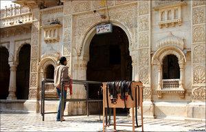 Это не лавка предприимчивого индуса :) Перед входом в основной храм принято снимать изделия из кожи.