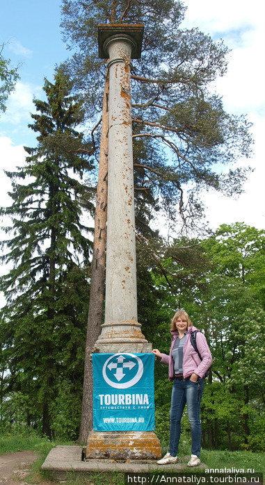 Остров Колонны именовали так неспроста: на небольшом пригорке там стоит колонна, посвященная императорам Павлу Первому и Александру Первому.