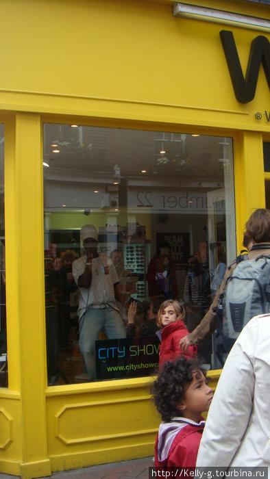 Поющий афроангличанин в магазинчике на Карнаби-стрит