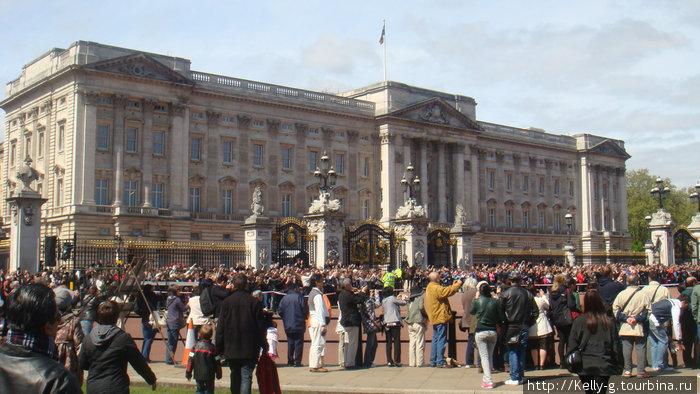 Букингемский дворец и туристы