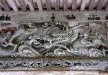 Дракон на фронтоне храма.