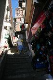 Между разноуровневыми улочками сделаны вот такие лестницы-переходы. На них, конечно, процветает торговля. Почему-то такой мне и представлялась Азия когда-то.