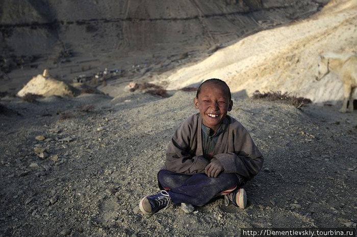Мальчик присматривает за табуном лошадей. Работа не очень пыльная, лошади сами по себе, к закату возвращаются в деревню.