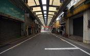 Так выглядит главная торговая улица провинциального города. Восемь часов утра, все ещё спят...