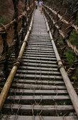Такие мосты придумали строить беглецы клана Хэйке (они проиграли войну и стояли на грани полного истребления). Если враг приходит — мост рубится, а через ущелье иначе не перебраться.