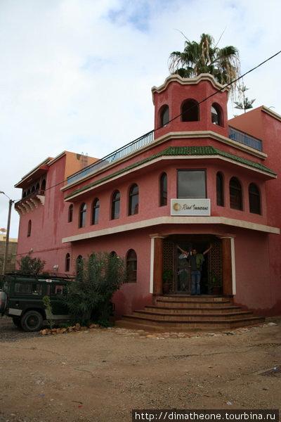 риад иморан, небольшой отель, кои в изобилии раскиданы вдоль побережья и непрестанно ведется строительство все новых — в Марокко туризм одна из доходных статей бюджета потому гостям тут всегда рады